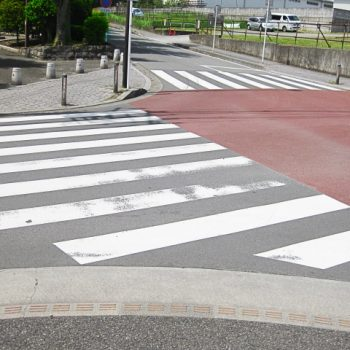 誰もいない交差点の写真