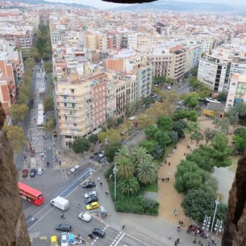 高い建物から交差点を望む